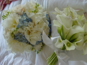 The bride wore a sweet bouquet of light blue hydrangea and dreamy freesias. The last peonies of the summer had their moment of glory in this delicate and feminine bouquet.