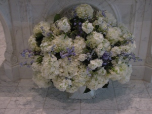 The couple opted for a singular large arrangement to be placed in front of the church altar. This white and blue arrangement integrated perfectly in the space and made the cold marble on the background look full of life.