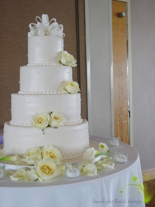 These amazing fragrant cream roses adorned the cake and the bridal bouquet together with callas and freesias.