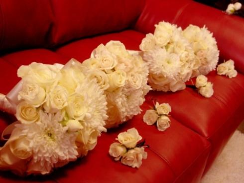 roses and mums bridesmaids boquets